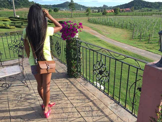 Saddleback Leather Clutch Purse Medium Tobacco Review Women Ladies Outdoors Full Sunlight Cross Body Hip View Vineyards Travel