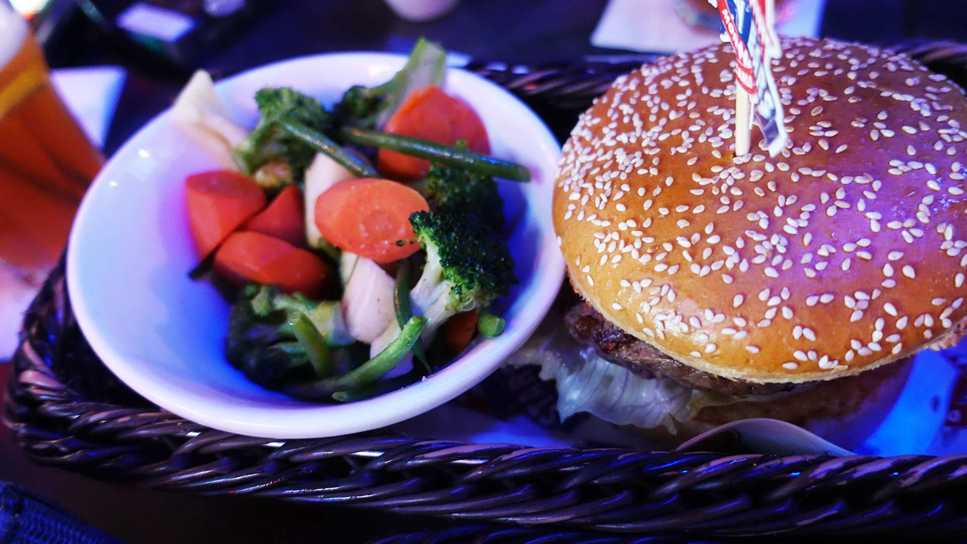 Stars N Bars - Abu Dhabi, UAE - Beef Burger & Sauteed Vegetables